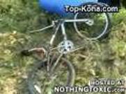 Vajza rrëzohet me bicikletë